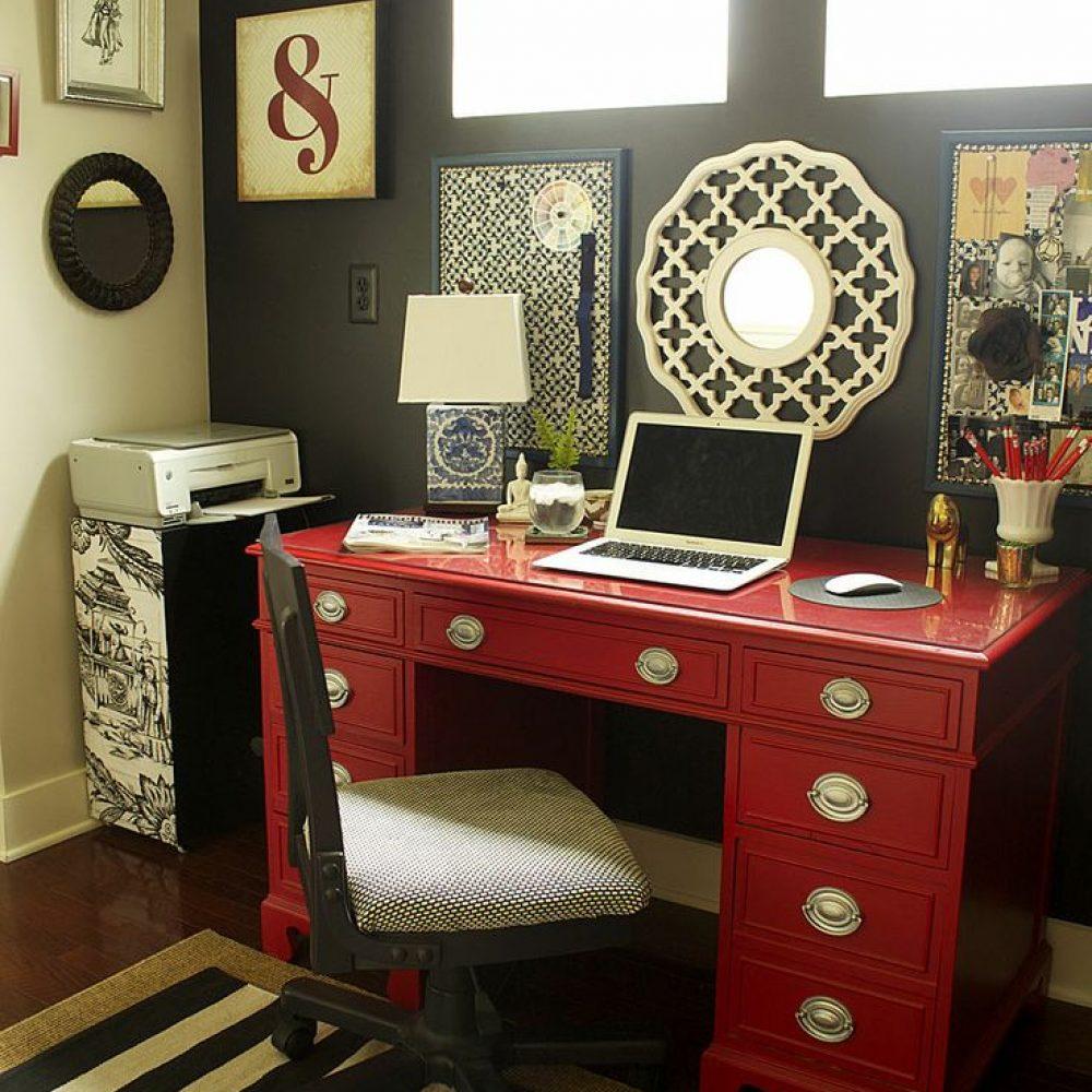 red desk color scaled - ۱۱ نکته در مورد تزئینات اداری برای افزایش بهرهوری شما