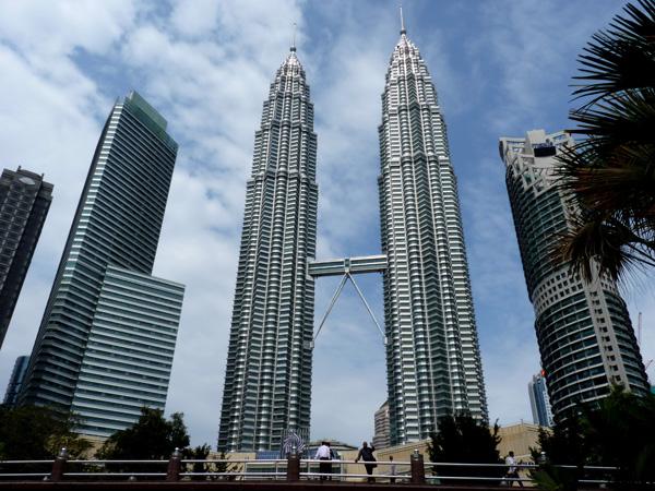 The Petronas Twin Towers in Kuala Lumpur Malaysia - ۲۰ نمونه از معماری مشهور جهان