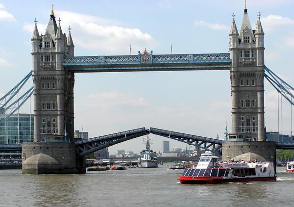 Tower Bridge London 1 - ۲۰ نمونه از معماری مشهور جهان
